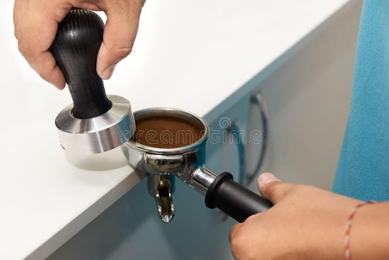 Zdanie napój kawa grinded Pracy barista zdjęcie stock