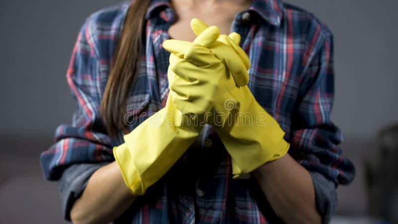 Zdecydowana żona w żółtych rękawiczkach gotowych zaczynać czyścić gospodarstwo domowe, housekeeping zdjęcia royalty free