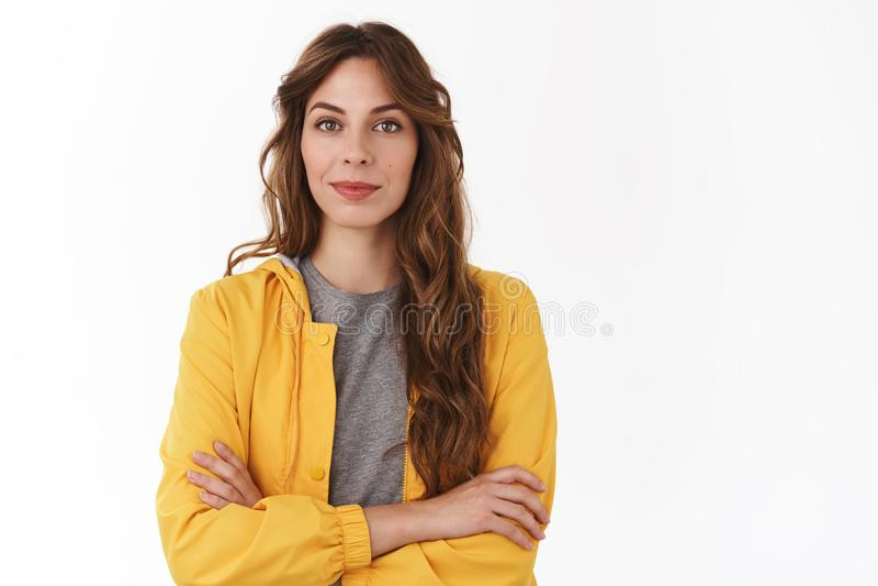 Zdecydowanego fachowego pomyślnego atrakcyjnego młodego żeńskiego przedsiębiorcy żółtej kurtki krzyża ręk klatki piersiowej elega zdjęcia stock