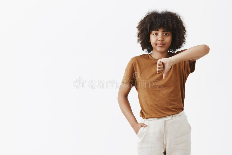Zdecydowanie żadny Portret nieporuszona nierada snobistyczna amerykanin afrykańskiego pochodzenia kobieta jest ciężki imponować s obrazy stock