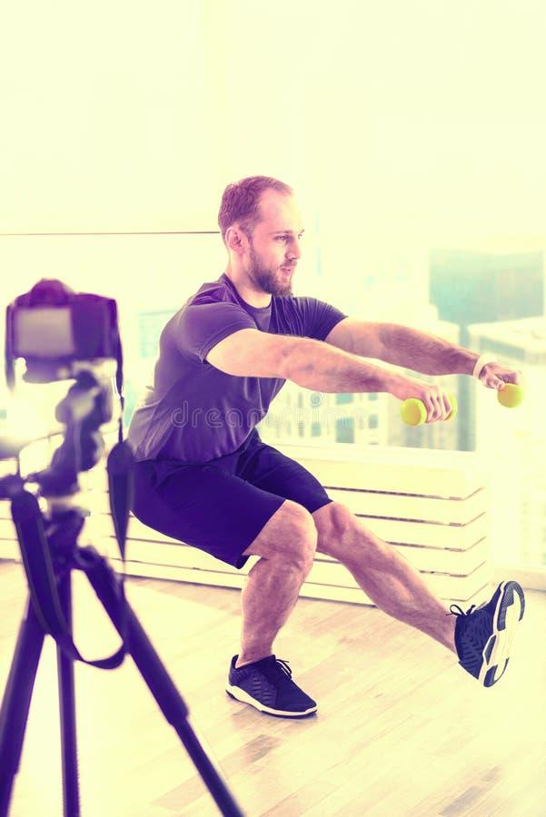 Zdecydowany atrakcyjny mężczyzny szkolenie w pokoju przed kamerą obrazy royalty free