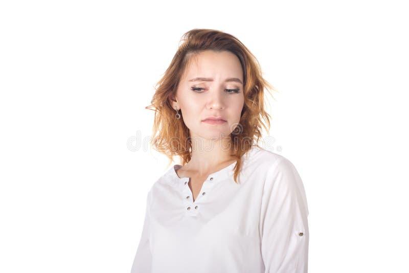 Zdegustowana nieporuszona atrakcyjna kobieta z kędzierzawym czerwonym włosy w pasiastej koszulce, trzyma ręki krzyżować na klatce obrazy royalty free