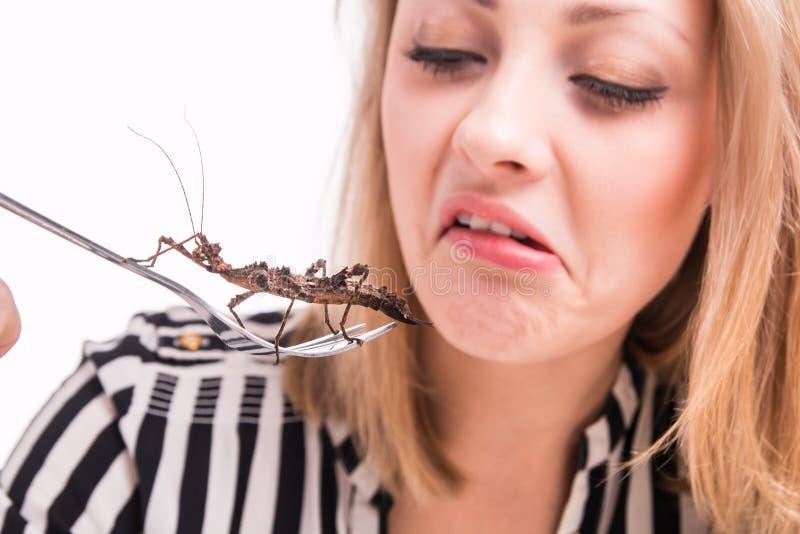 Zdegustowani kobiety łasowania insekty z rozwidleniem w restauraci obraz royalty free