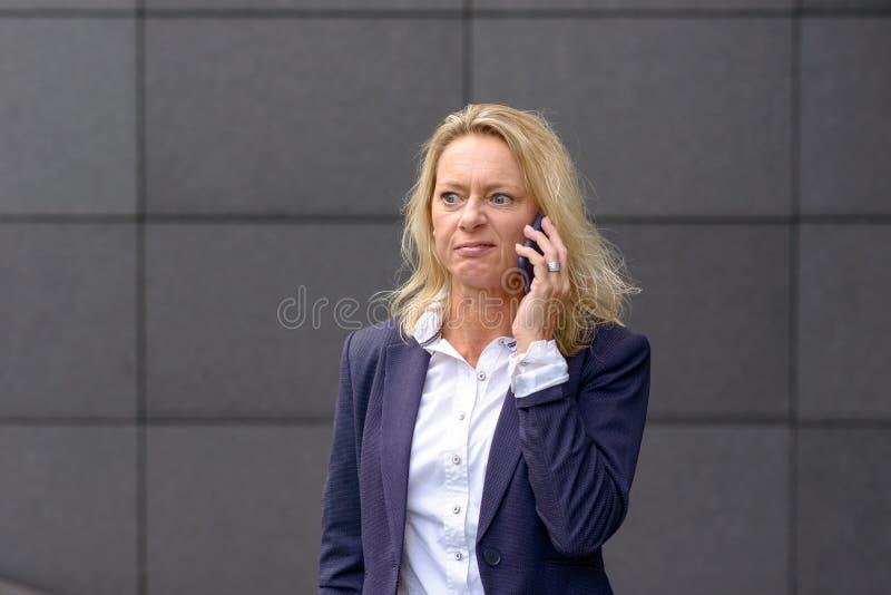 Zdegustowany bizneswoman ciągnie twarz zdjęcia royalty free
