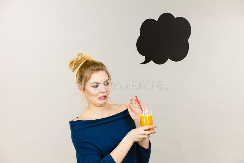 Zdegustowany kobiety mienia sok pomara?czowy obrazy royalty free