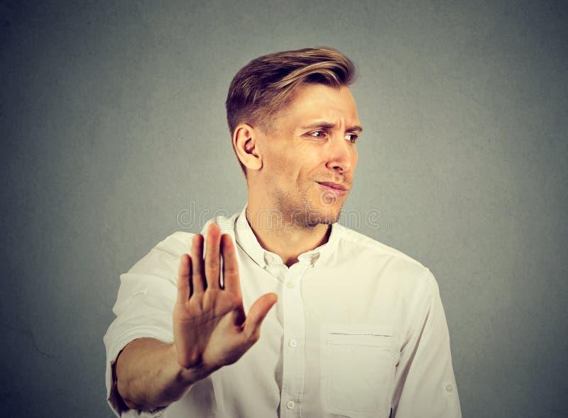 Zdegustowany młody człowiek Negatywna ludzka emocja zdjęcia stock