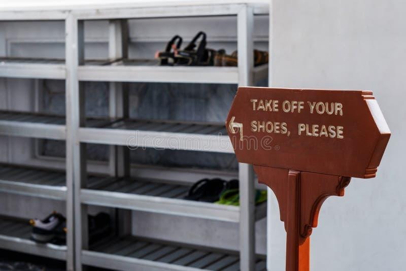 Zdejmował twój buty zadawala podpisuje wewnątrz języka angielskiego obraz stock