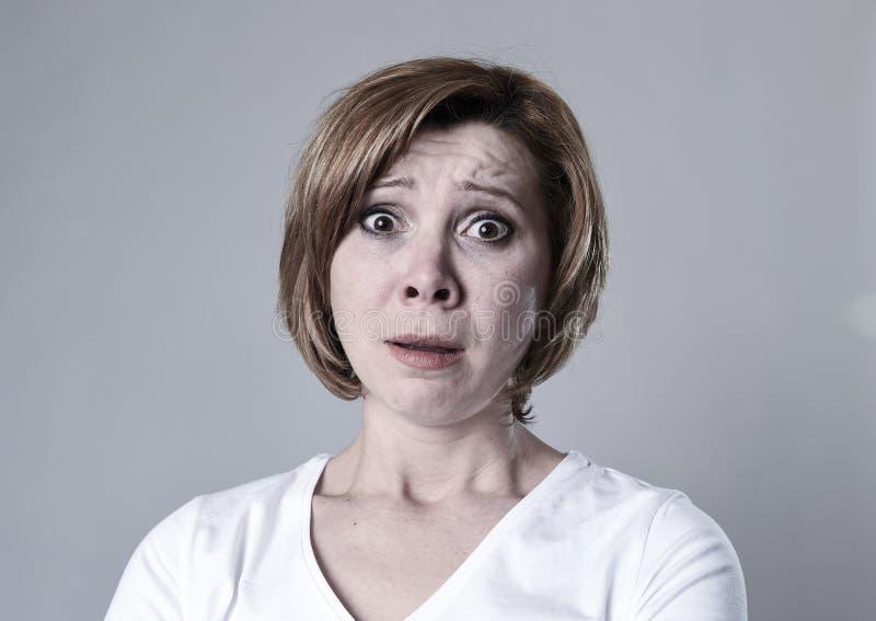Zdewastowana przygnębiona kobieta płacze smutnego uczucia cierpienia ranną depresję w smucenie emoci zdjęcie stock