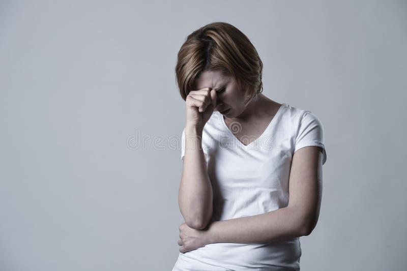 Zdewastowana przygnębiona kobieta płacze smutnego uczucia cierpienia ranną depresję w smucenie emoci obraz royalty free
