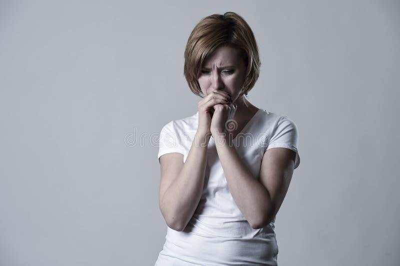 Zdewastowana przygnębiona kobieta płacze smutnego uczucia cierpienia ranną depresję w smucenie emoci obrazy stock