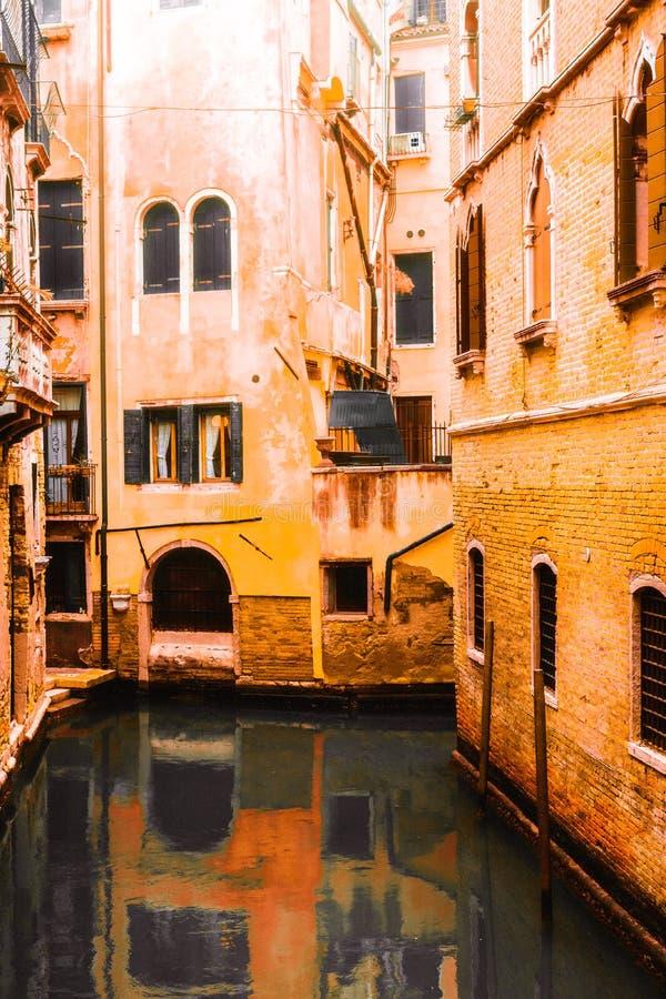 Zdjęcie domy kanałem, fotografia brać od vaporetto tradycyjny transport Venice dla społeczeństwa obraz stock