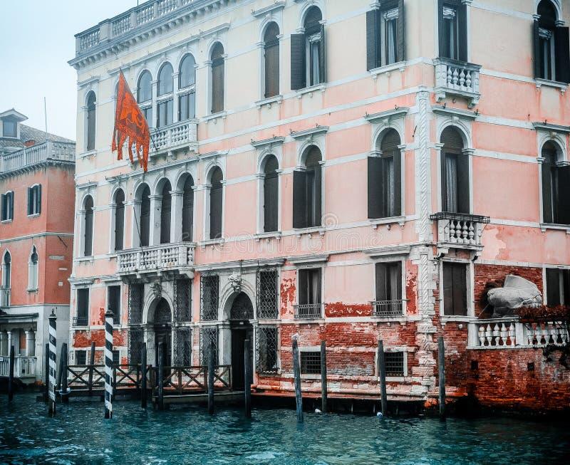 Zdjęcie punktu zwrotnego budynek kanałem, fotografia brać od vaporetto tradycyjny transport Venice dla społeczeństwa obrazy royalty free