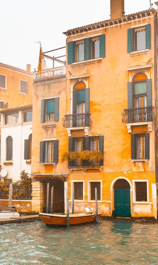 Zdjęcie punktu zwrotnego budynek kanałem, fotografia brać od vaporetto tradycyjny transport Venice dla społeczeństwa zdjęcie royalty free