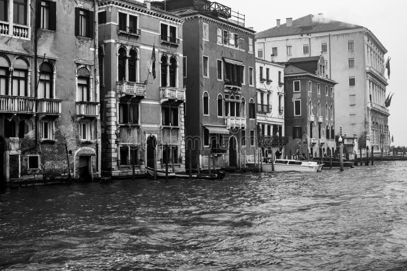 Zdjęcie punktu zwrotnego budynek kanałem, fotografia brać od vaporetto tradycyjny transport Venice dla społeczeństwa zdjęcie stock