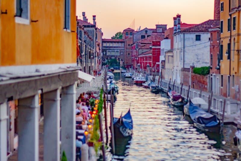 ZdjÄ™cia przedstawiajÄ…ce WenecjÄ™ inaczej, chaotycznie i tÅ'oczno, peÅ'no turystów i ludzi, dzieci żyjÄ…ce w mieÅ›cie zdjęcie stock