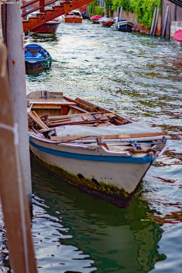 Zdjęcia przedstawiające Wenecję inaczej, chaotycznie i tłoczno, pełno turystów i ludzi, dzieci żyjące w mieście obraz royalty free