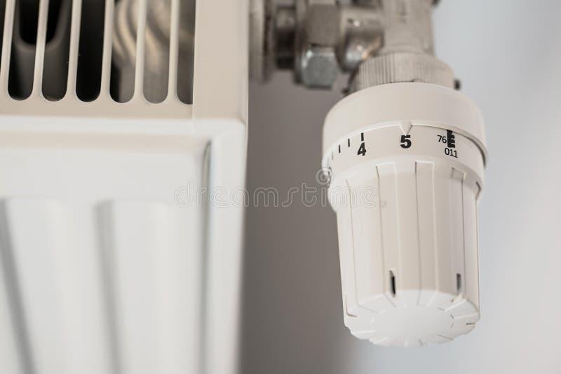 Zdjęcie grzejnika z regulatorem temperatury obrazy stock