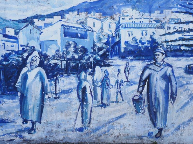 Zdjęcie Indigo na ścianie na ulicy na centralnym placu w african Chefchaouen town w Maroku w ciepłym, słonecznym letnim dniu obraz stock