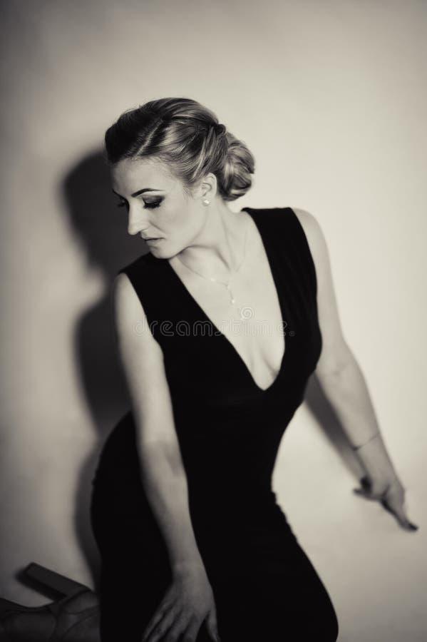zdjęcie modne pięknej blondynki w czerwonej sukience ładny makijaż fotografia royalty free