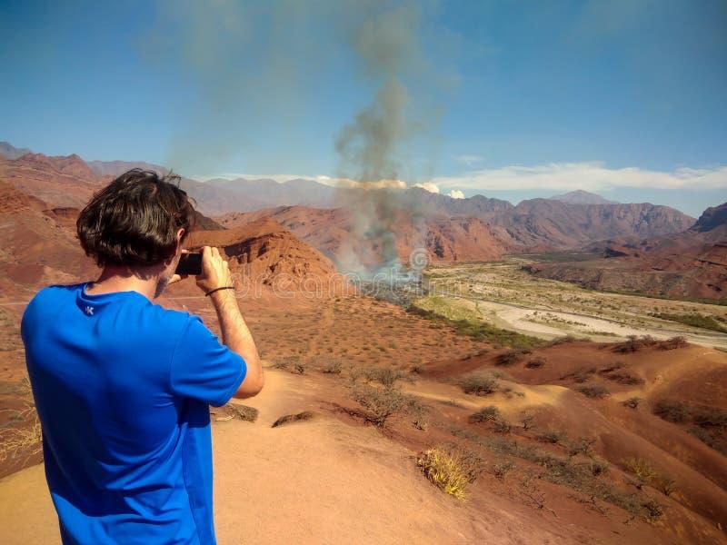 Zdjęcie pożaru lasów w suchej dolinie, kafejka zdjęcia royalty free