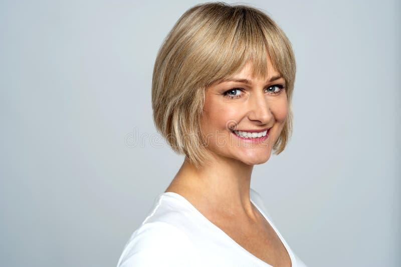 Zdjęcie rozochocona blondynka, boczna poza obrazy stock