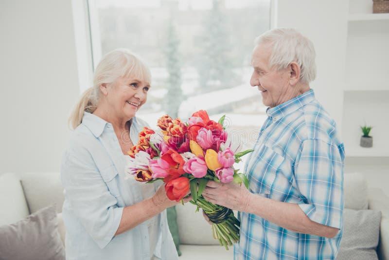 Zdjęcie z profilu dwóch uroczych starszych ludzi, urocza rocznica święta, niespodzianka wielka czerwona banda jasnych płaskich tu fotografia royalty free