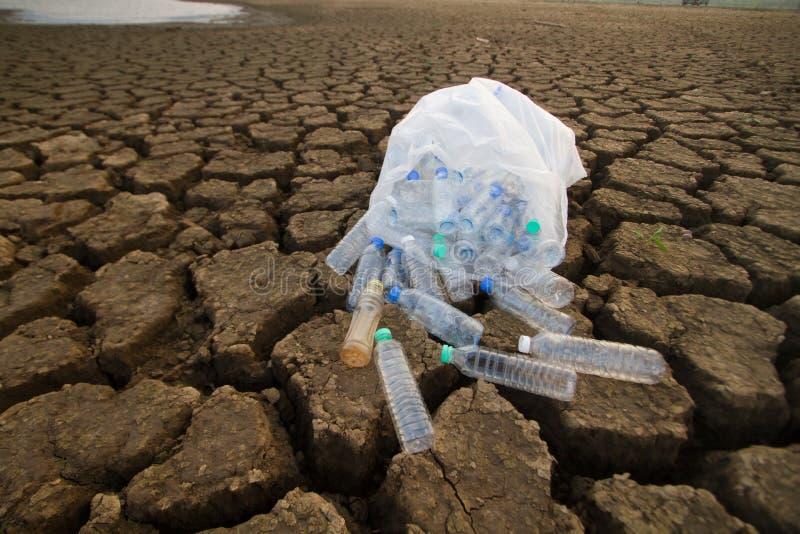 Zdojest pełno klingerytu odpady i butelka klingeryt na ziemi fotografia royalty free