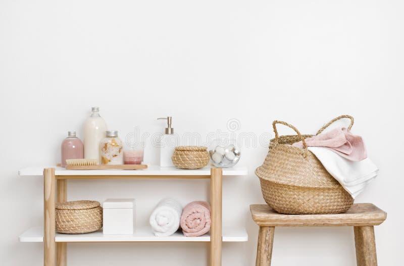 Zdrój łazienki wnętrze z drewnianymi półki, stolec i skincare produktami, zdjęcie stock