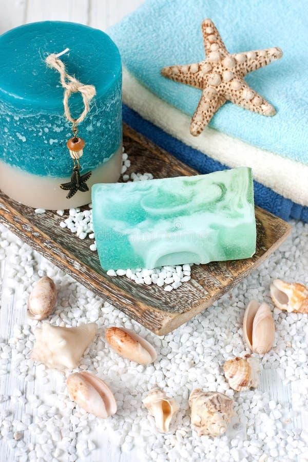 Zdrój świeczki z łazienka ręcznikami fotografia royalty free