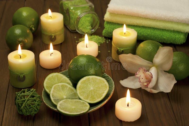 Zdrój świeczki z łazienka ręcznikami zdjęcie stock