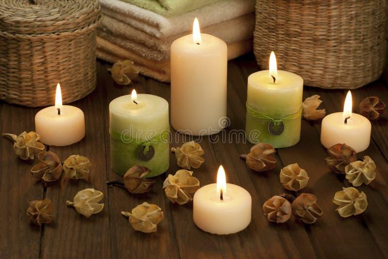 Zdrój świeczki z wysuszonymi kwiatami zdjęcia royalty free