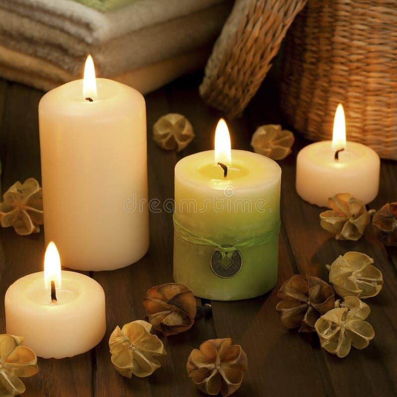 Zdrój świeczki z wysuszonymi kwiatami obraz royalty free