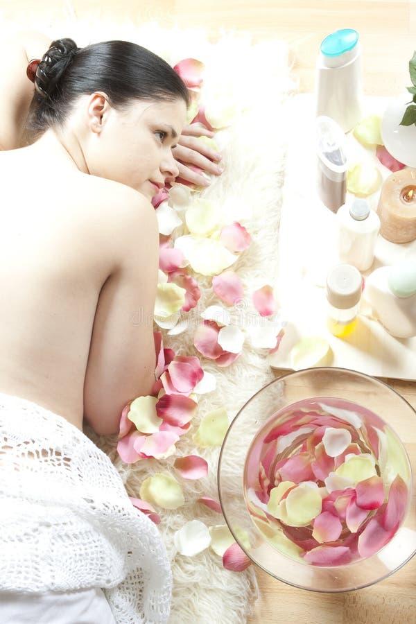 zdrój atrakcyjna relaksująca kobieta zdjęcie royalty free