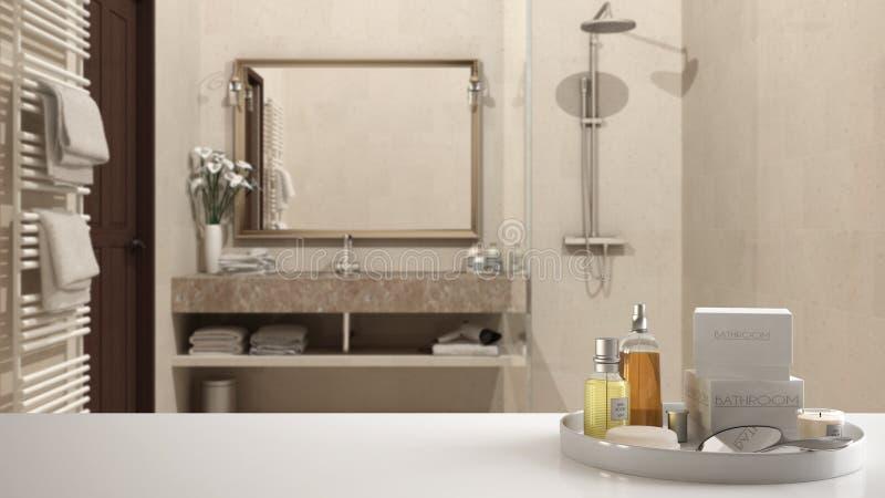 Zdrój, hotelowy łazienki pojęcie Biała półka z kąpań akcesoriami lub, toiletries, nad zamazaną klasyczną łazienką, nowożytną zdjęcia royalty free