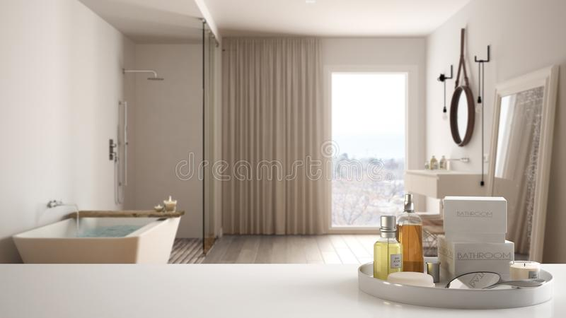 Zdrój, hotelowy łazienki pojęcie Biała półka z kąpań akcesoriami lub, toiletries, nad zamazaną luksusową łazienką, nowożytny a zdjęcia stock