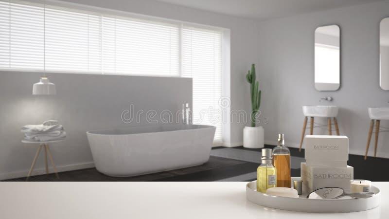 Zdrój, hotelowy łazienki pojęcie Biała półka z kąpań akcesoriami lub, toiletries, nad zamazaną minimalistyczną łazienką, tryb zdjęcia stock