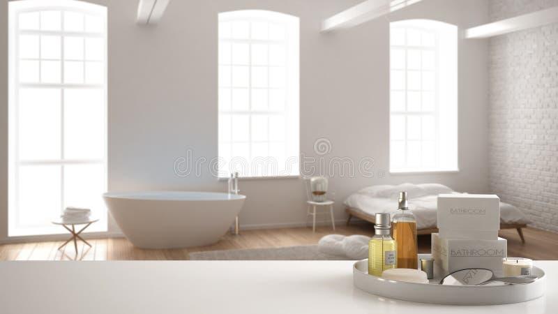 Zdrój, hotelowy łazienki pojęcie Biała półka z kąpań akcesoriami lub, toiletries, nad zamazaną minimalistyczną łazienką z zdjęcie royalty free