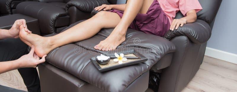 Zdrój i Tajlandzki nożny masaż, piękne kobiety relaksujące i zdrowe obraz royalty free