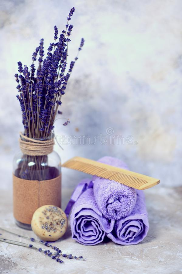 Zdrój i wellness położenie z lawenda kwiatami, handmade szamponu barem i mydłem lub, Dayspa natury set fotografia stock