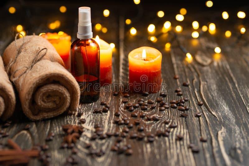 Zdrój i wellness ześrodkowywamy z kąpielową solą, ręczniki i świeczki aromatherapy, skóry opieka i zdrowia pojęcie, fotografia royalty free