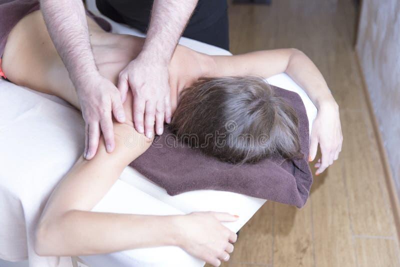 Zdrój Kobieta Kobieta cieszy się relaksującego naramiennego masaż w kosmetologia zdroju centre Ciało opieka, skóry opieka, wellne obraz stock