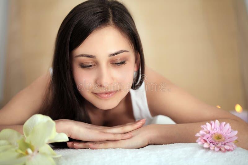 Zdrój Kobieta Kobieta Cieszy się Relaksujący Z powrotem masaż W kosmetologia zdroju Centre Ciało opieka, skóry opieka, wellness,  zdjęcie royalty free