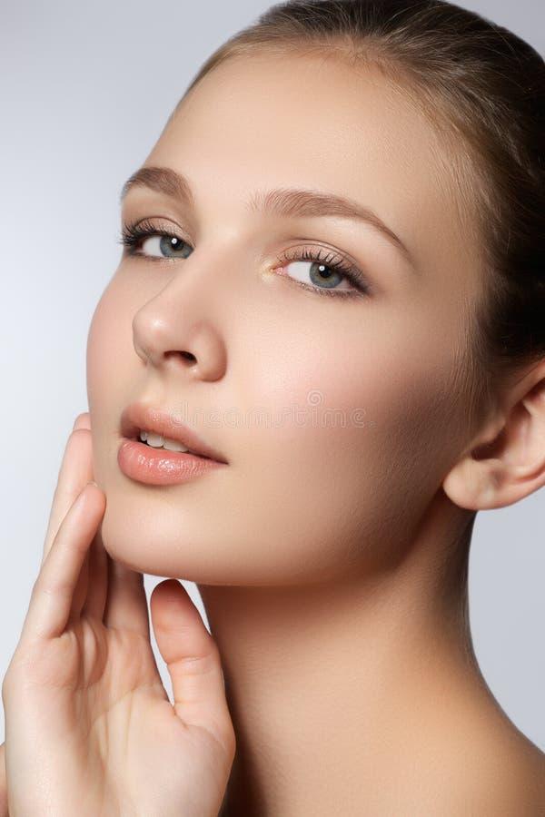 Zdrój Kobieta naturalna piękno twarz Piękna dziewczyna Dotyka Jej twarz zdjęcie stock