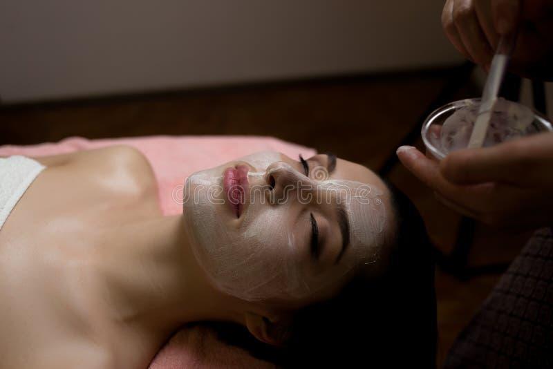 Zdrój kobieta stosuje twarzową czyści maskę Piękno traktowania fotografia royalty free