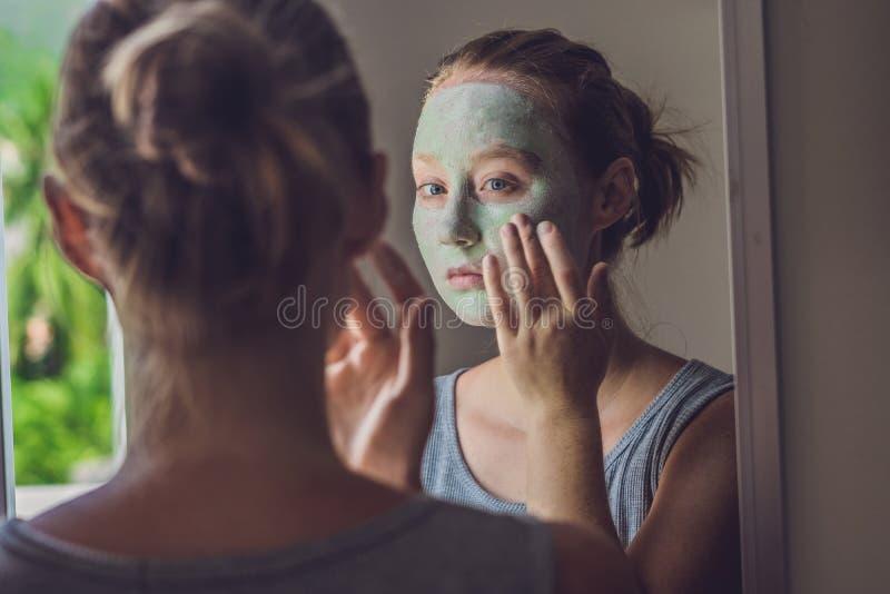 Zdrój kobieta stosuje Twarzową zieloną gliny maskę Piękno traktowania Cl obraz stock