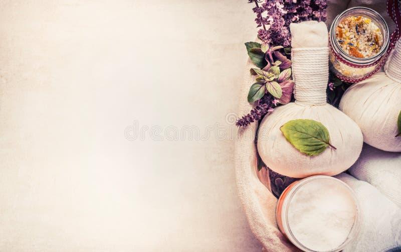 Zdrój lub wellness tło z ziołowym wyposażeniem dla masażu i relaksującego traktowania zdjęcie royalty free