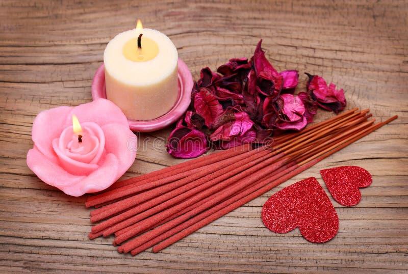 Zdrój. Płonące świeczki z wysuszonymi róża liśćmi, kadzidło wtykają fotografia stock