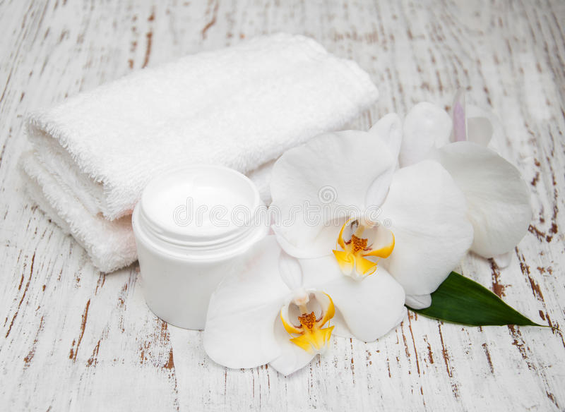 Zdrój podstaw kremowi biali ręczniki i orchidee obrazy stock