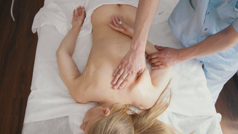 Zdrój Ręki masażu terapeuta robią masażowi na ręce zdjęcia stock