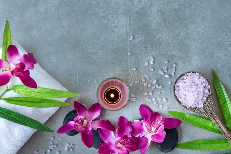 zdrój tajlandzki Odgórny widok gorący kamienie ustawia dla masażu traktowania i relaksuje z purpurową orchideą na blackboard z ko zdjęcia stock